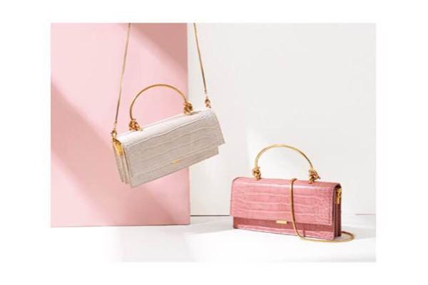 今年流行的手提包女人,五款实用简单好搭配的手提包